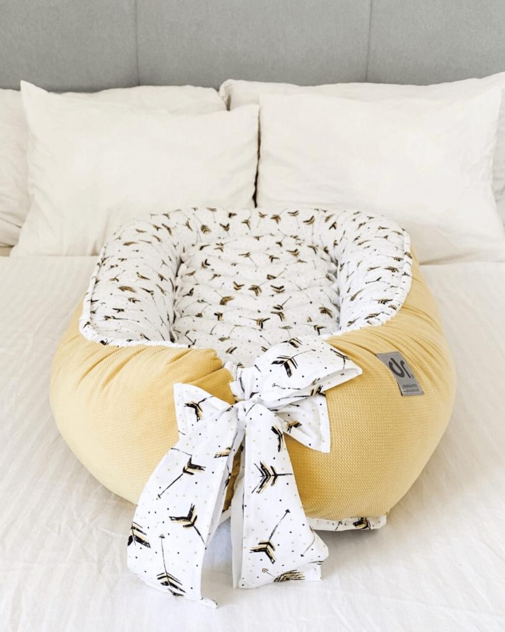 Baby nest cu baza detașabilă pentru bebelusi Velvet Arrow Yellow Dada&Rocco